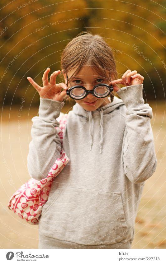 Teetassen-Fingerspreizung Kind Mädchen Freude Leben lustig Kindheit außergewöhnlich lernen Brille einzigartig Körperhaltung Neugier Karneval skurril Schüler