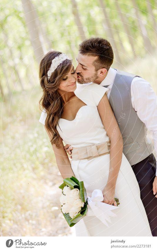 Gerade verheiratetes Paar zusammen im Pappelhintergrund Frau Mensch Jugendliche Mann Junge Frau schön Junger Mann weiß Blume 18-30 Jahre Erwachsene Liebe Glück
