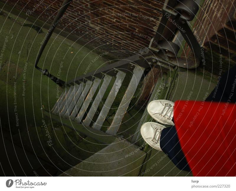 abgrundtief Mensch rot Erwachsene Stein Metall Fuß Stimmung braun Schuhe Angst Treppe stehen Treppengeländer Leiter Am Rand Mantel