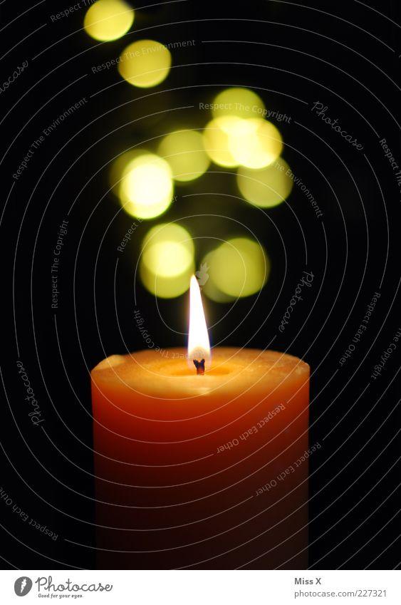 Kerze Dekoration & Verzierung leuchten hell gelb Punkt Kerzenschein Flamme Kerzenflamme orange Farbfoto Innenaufnahme Menschenleer Kunstlicht Licht Unschärfe
