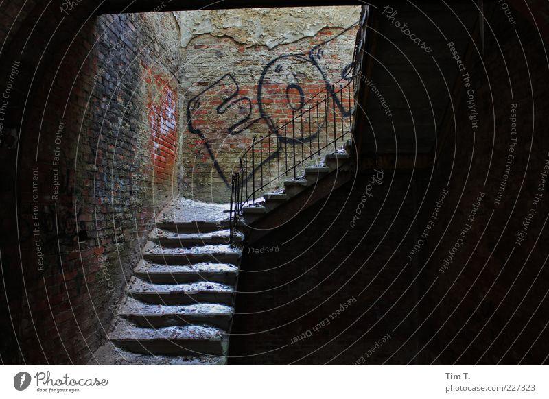Treppen Menschenleer Haus Ruine Bauwerk Mauer Wand Verfall Vergangenheit Vergänglichkeit Heilstätte Graffiti Geländer Schatten dunkel Farbfoto Innenaufnahme Tag