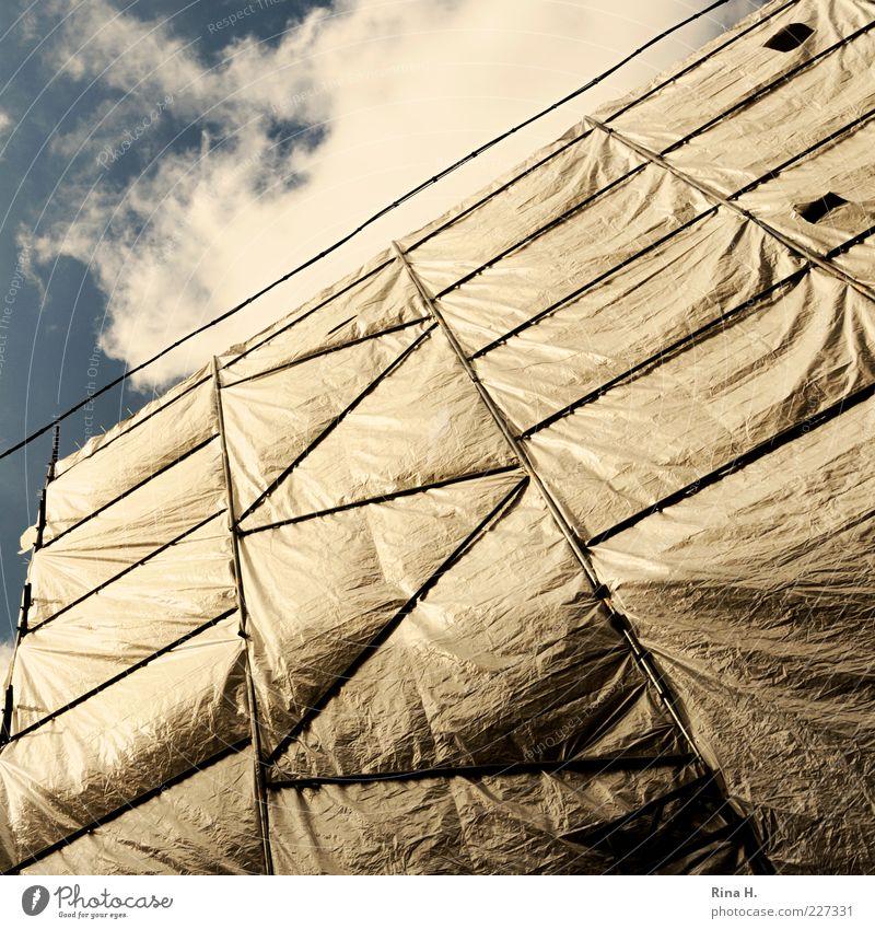 Gut verpackt Haus Gebäude Sicherheit Fassade Fassadenverkleidung Abdeckung Verpackung Farbfoto Außenaufnahme Starke Tiefenschärfe Baugerüst Menschenleer
