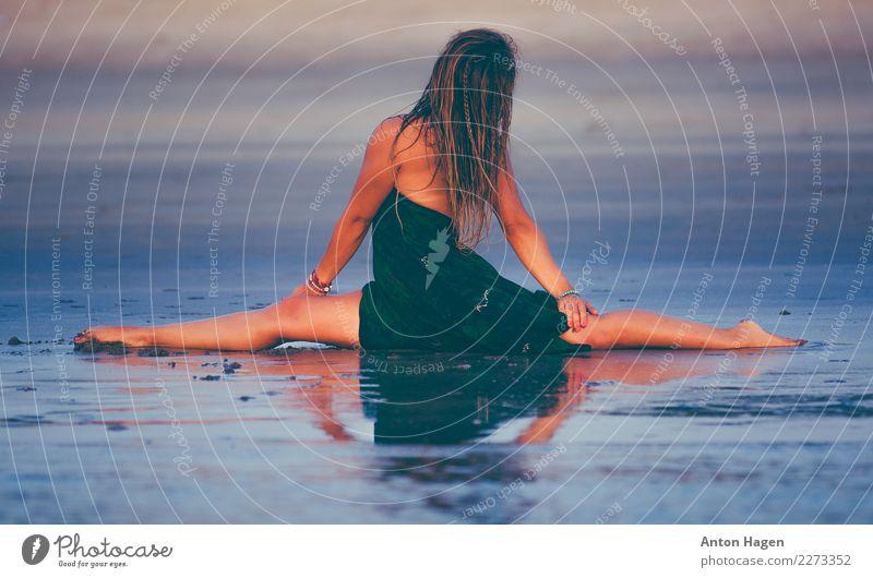 Teilt Lifestyle Ferien & Urlaub & Reisen Fitness Sport-Training Yoga Rechtschaffenheit Asana Spagat Reflexion & Spiegelung Strand Farbfoto mehrfarbig