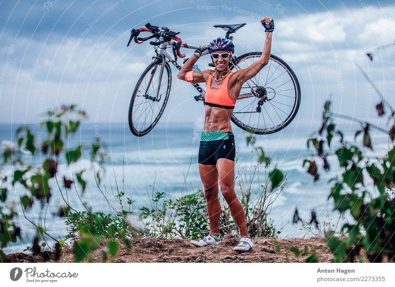 Triathlete Frau mit Fahrrad Fitness Sport-Training Sportler Erfolg Fahrradfahren wandern maskulin Junge Frau Jugendliche Körper 1 Mensch 30-45 Jahre Erwachsene