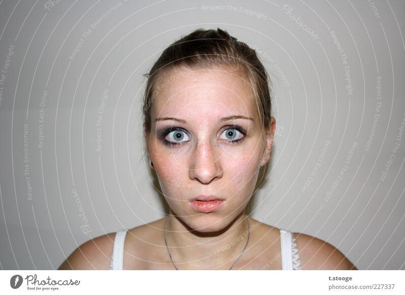 starrer Blick. Mensch feminin Kopf Haare & Frisuren Gesicht 1 blond Farbfoto Innenaufnahme Blick in die Kamera Entsetzen erschrecken erstaunt beeindruckend