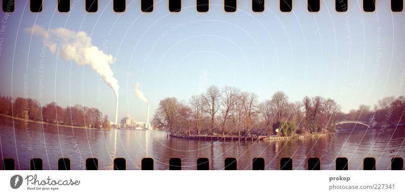 Treptower Park Natur Landschaft Pflanze Himmel Wolkenloser Himmel Schönes Wetter Flussufer Industrie Schornstein Rauch Umweltverschmutzung Brücke Insel