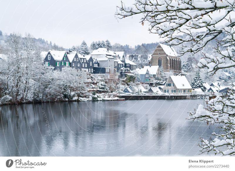 Wuppertal-Beyenburg im Schnee, Deutschland. Winter Natur Wasser Wetter Schönes Wetter See Stausee Europa Dorf Stadt Altstadt Menschenleer Haus Kirche Gebäude