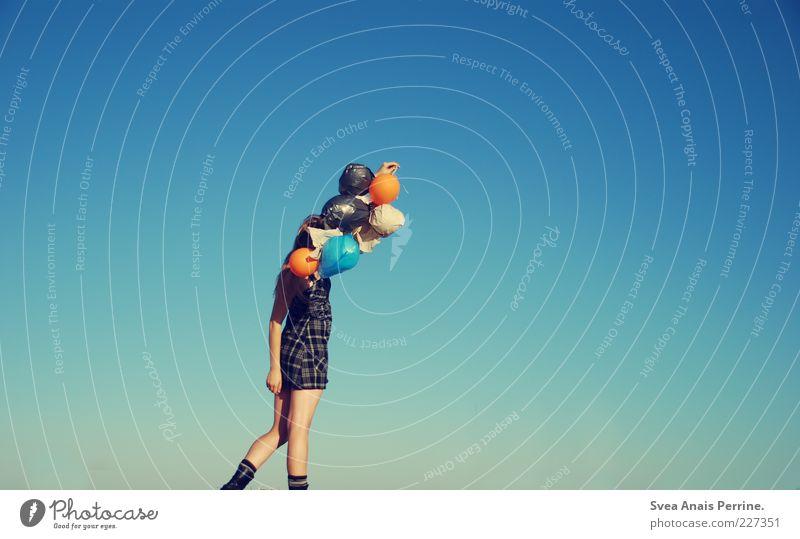walk. 1 Mensch 18-30 Jahre Jugendliche Erwachsene Kleid gehen träumen dünn schön Gefühle Freude Glück Luftballon Wolkenloser Himmel Farbfoto Außenaufnahme
