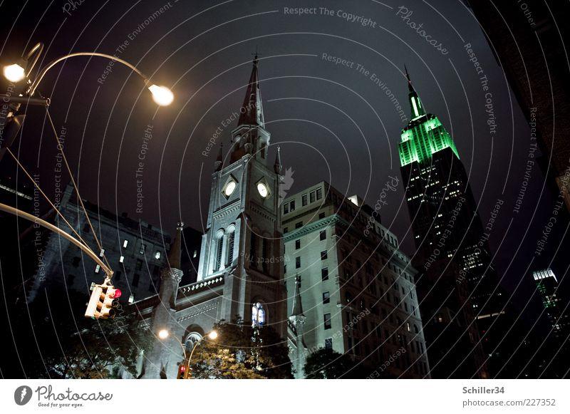 Empire State of Mind alt grün Stadt dunkel Architektur grau Gebäude groß Hochhaus Kirche Turm Spitze Bauwerk Laterne historisch Wahrzeichen