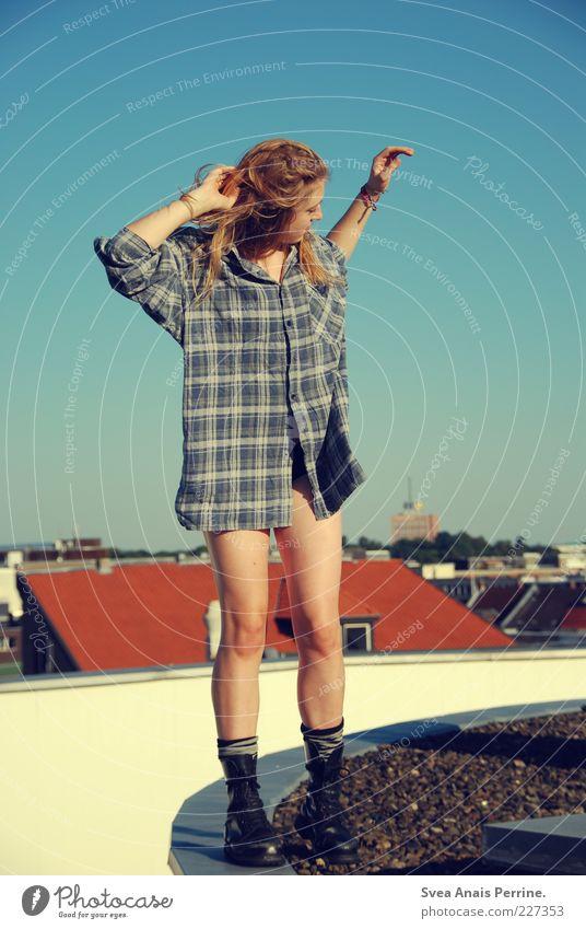 kein bock. Mensch Jugendliche blau schön Haus feminin Erwachsene Stil Beine blond gehen Mode wild Lifestyle Coolness dünn