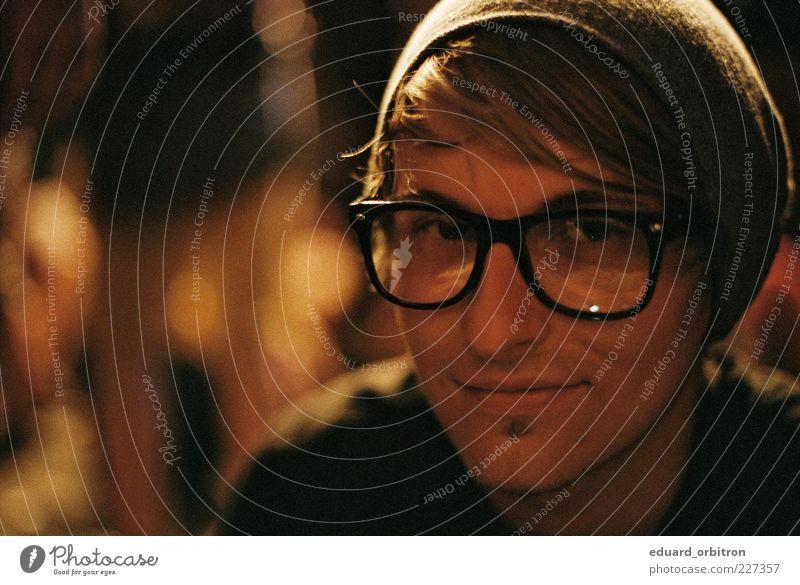 Out From Out Where maskulin Junger Mann Jugendliche Erwachsene Kopf Bart 1 Mensch 18-30 Jahre Brille Mütze blond Scheitel Lächeln Coolness nerdig