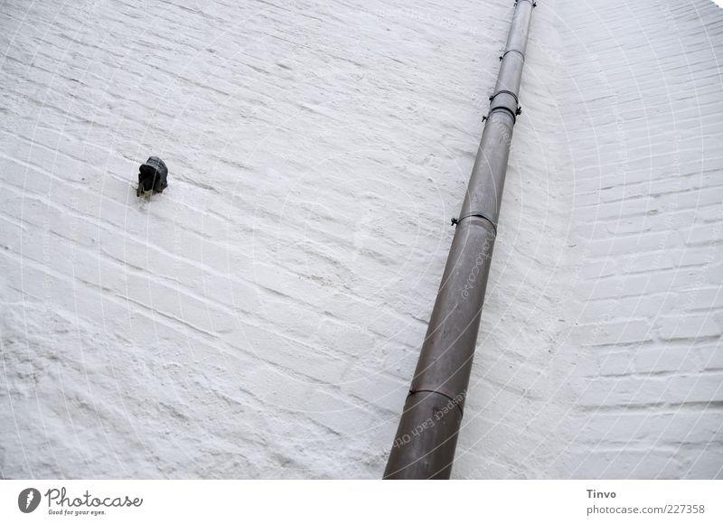 altes Gemäuer mit edlem Rohr Bauwerk Gebäude Mauer Wand Fassade lang Regenfallrohr Rohrleitung Kupferrohr Fallrohr restauriert Sanieren einfach Farbfoto