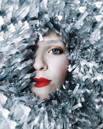 das halbe Gesicht einer Frau, umgeben von silbernen Girlanden Reichtum elegant Stil Design schön Haut Lippenstift Wimperntusche Feste & Feiern