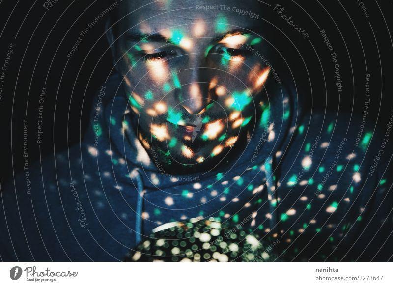 Junger Mann, der durch feenhafte Lichter belichtet wird Lifestyle Design exotisch Mensch maskulin Jugendliche 1 30-45 Jahre Erwachsene Kunst Pullover