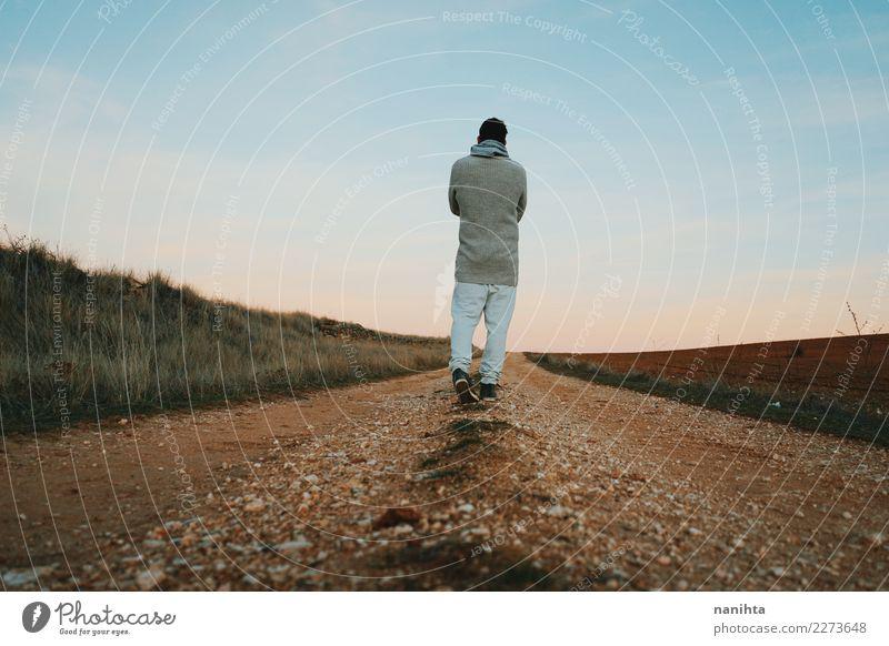 Hintere Ansicht eines Mannes, der entlang einen ländlichen Weg geht Mensch Himmel Natur schön Landschaft Erholung Ferne Erwachsene Lifestyle Umwelt Gesundheit