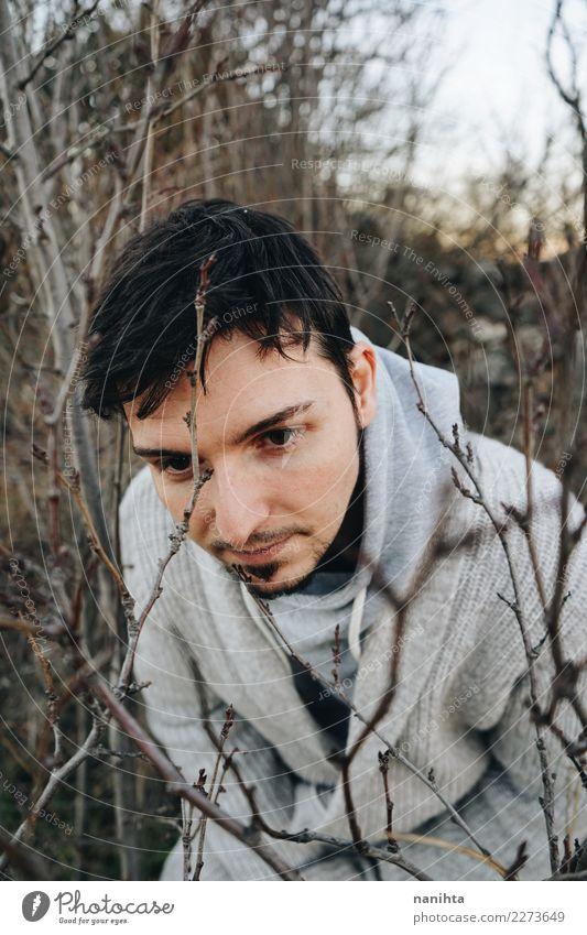 Junger Mann zwischen Niederlassungen am Winter Mensch Natur Jugendliche Baum ruhig Erwachsene Lifestyle Umwelt Herbst natürlich Stil Freiheit Haare & Frisuren