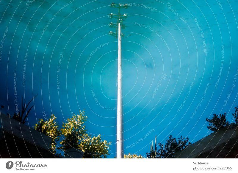 154 [kopfüber in den Pool neben der Straße geschaut] Himmel blau Wasser Wolken außergewöhnlich authentisch Energie Perspektive ästhetisch Telekommunikation Kabel bizarr Strommast trashig Telefonmast Wasserspiegelung