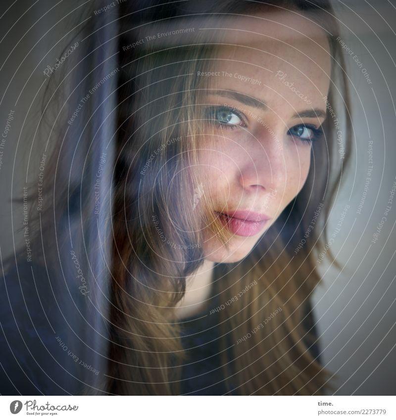 Nelly feminin Frau Erwachsene 1 Mensch Fenster Pullover blond langhaarig beobachten Blick schön selbstbewußt Coolness Kraft Willensstärke Wachsamkeit