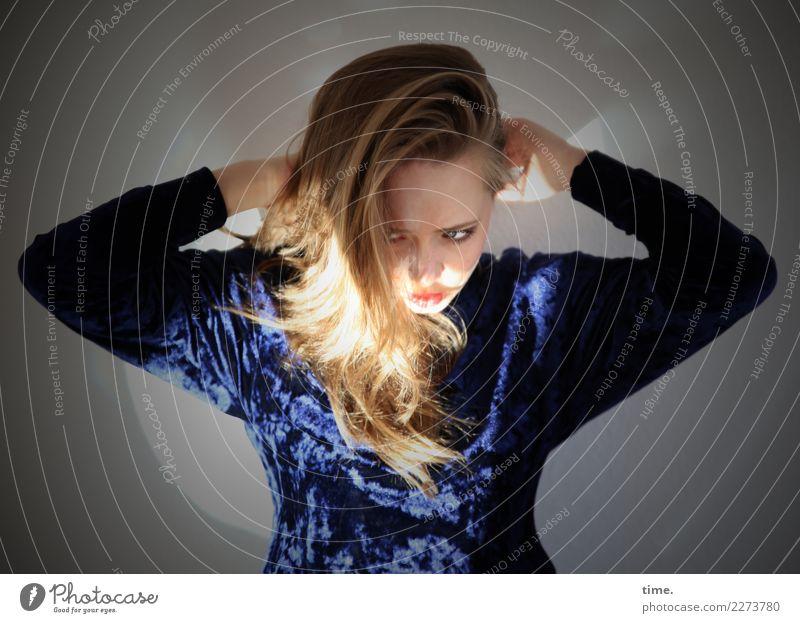 . Mensch Jugendliche Junge Frau schön dunkel Leben feminin Bewegung Haare & Frisuren leuchten blond stehen beobachten festhalten Wut Konzentration