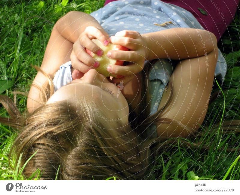 Apfelmädchen Kind Mädchen Kindheit 1 Mensch 3-8 Jahre Natur Sommer Schönes Wetter Gras Garten Kleid blond langhaarig Scheitel Essen liegen Fröhlichkeit frisch