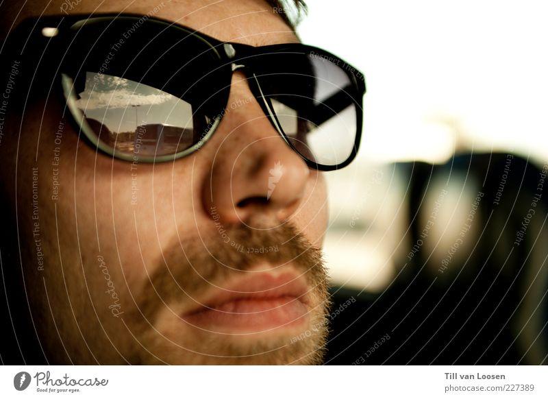 Sunglasses maskulin Mann Erwachsene 1 Mensch 18-30 Jahre Jugendliche Himmel Schönes Wetter Accessoire brünett Bart Oberlippenbart atmen Blick trendy retro blau