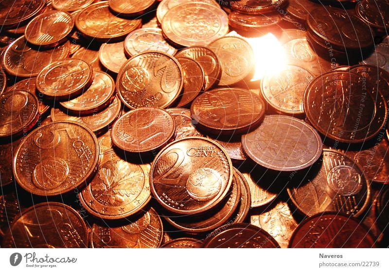 Geld regiert die Welt rot Glück orange Metall glänzend Euro Geldmünzen kupfer Cent Glücksbringer