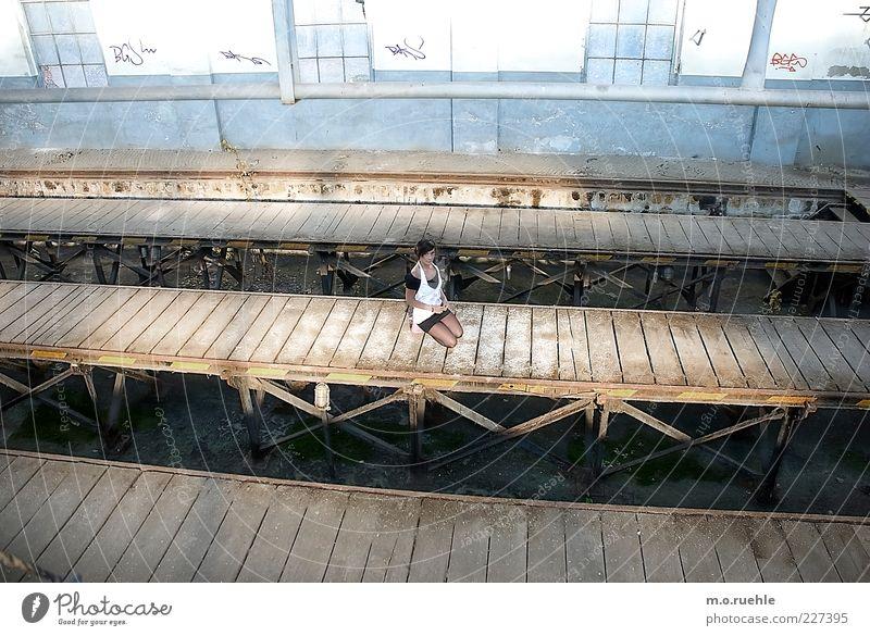 zustand Mensch Jugendliche Einsamkeit Fenster Wand Graffiti Gefühle Holz Mauer Angst Junge Frau einzeln Fabrik Schmerz Verfall Holzbrett