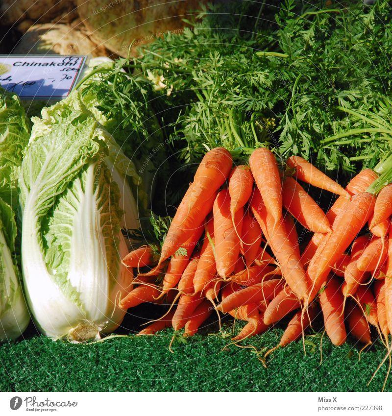 Wochenmarkt Lebensmittel Gemüse Salat Salatbeilage Ernährung Bioprodukte Vegetarische Ernährung frisch lecker Möhre Chinakohl Kohl Wurzelgemüse Marktstand