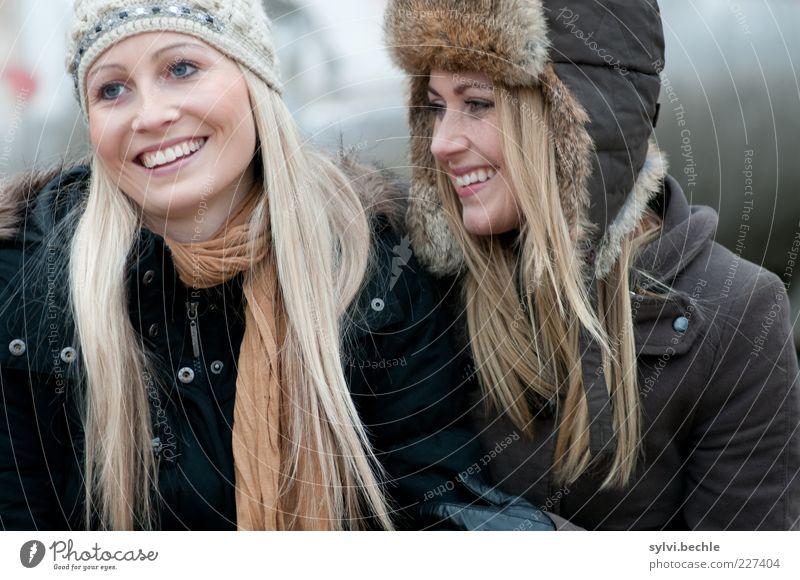 friends VI Mensch feminin Junge Frau Jugendliche Freundschaft Leben Haare & Frisuren Gesicht 2 Jacke Mantel Fell Mütze berühren Lächeln lachen blond