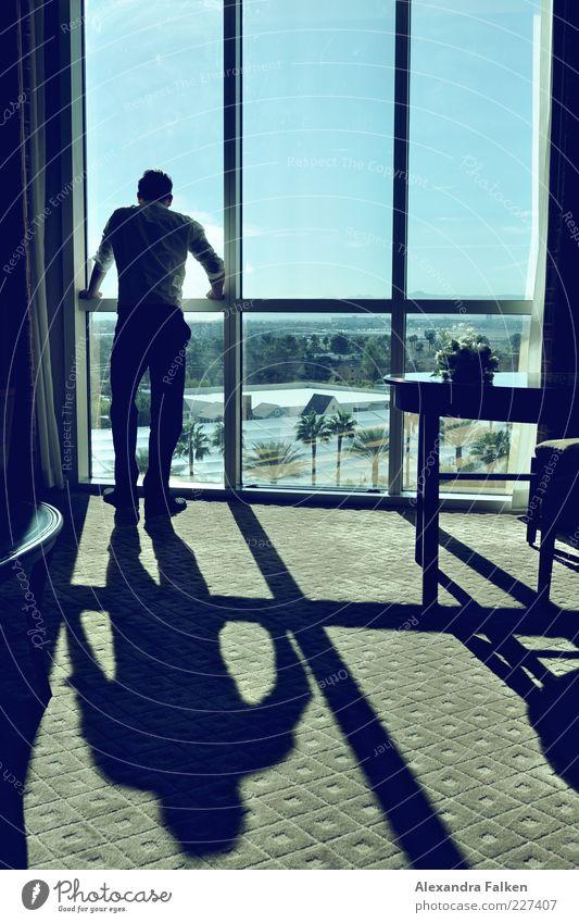 Mann an Fenster X Mensch maskulin Erwachsene Leben 1 Traumhaus Hochhaus Fensterscheibe ästhetisch elegant retro dünn seriös Durchblick Blick Aussicht Ferne