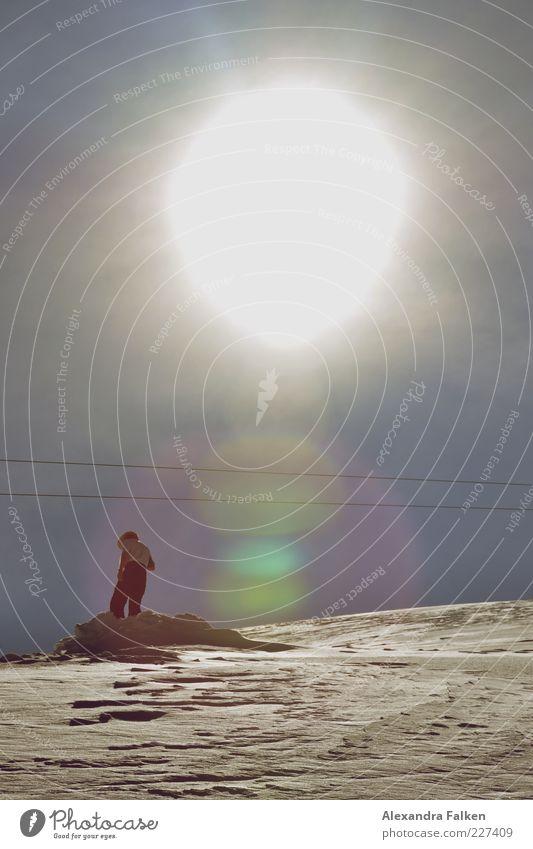 Mann im Schnee. Mensch maskulin Erwachsene Leben 1 Umwelt Natur Landschaft Urelemente Himmel Wolkenloser Himmel Sonne Sonnenlicht Winter Wetter Schönes Wetter