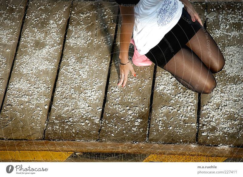 der zerbrochene krug Mensch Hand Einsamkeit feminin Gefühle Beine Mode glänzend Haut Finger Trauer Vergänglichkeit Schmerz Rock Verfall Zukunftsangst
