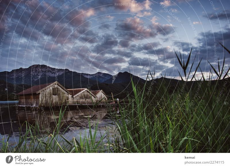 Verhaltender Sonnenaufgang am See Himmel Natur Sommer schön Landschaft Erholung Wolken ruhig Ferne Berge u. Gebirge Freiheit Felsen Ausflug Zufriedenheit