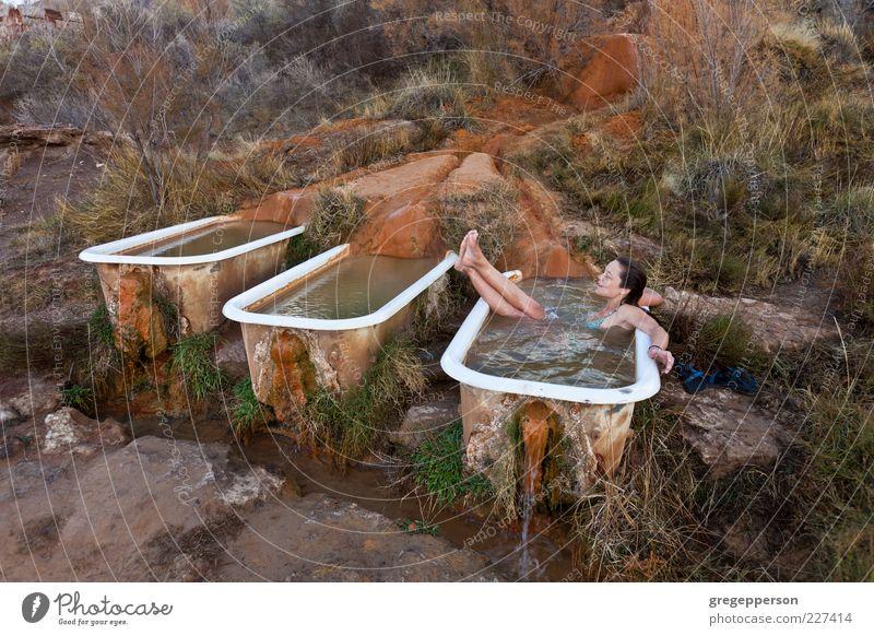 Junge Frau entspannt sich in einer natürlichen heißen Quelle.... Wohlgefühl Erholung Spa Badewanne Jugendliche 1 Mensch 18-30 Jahre Erwachsene Schwimmen & Baden