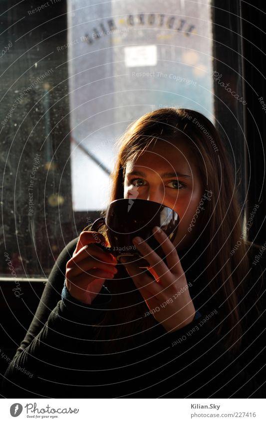 Das Licht in der Tasse Jugendliche schön ruhig Erholung feminin Wärme Zufriedenheit Kaffee trinken Warmherzigkeit festhalten Tee Duft genießen