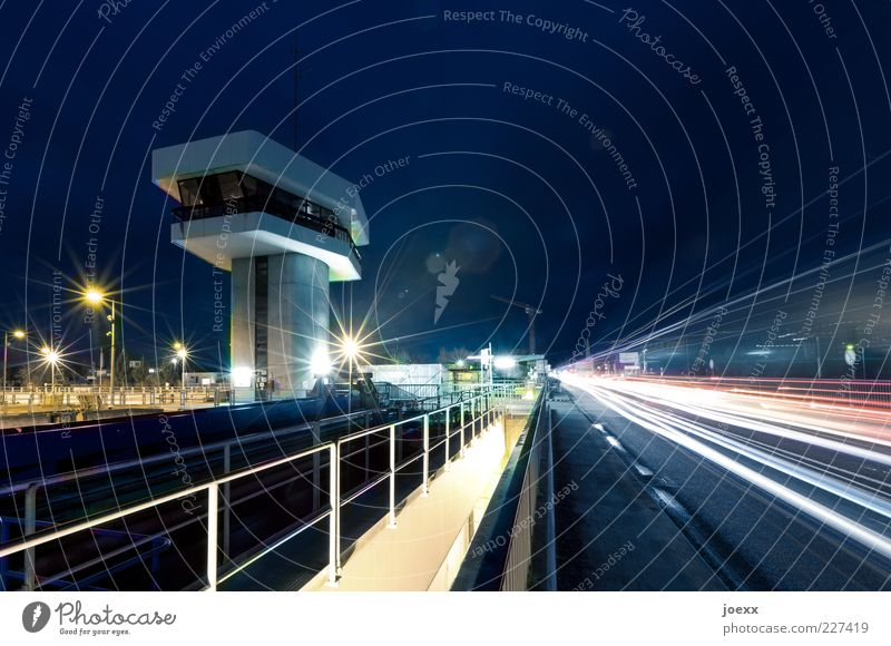 Stars 'n Stripes Verkehrswege Straßenverkehr Brücke Schifffahrt Binnenschifffahrt fahren blau gelb rot weiß Staustufe Leitwarte Leitstand Turm Überblick