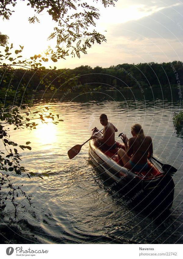 Der Sonne hinter her Mensch Wasser See Wasserfahrzeug Romantik Schifffahrt Rudern Abendsonne Paddeln Baggersee Schlauchboot