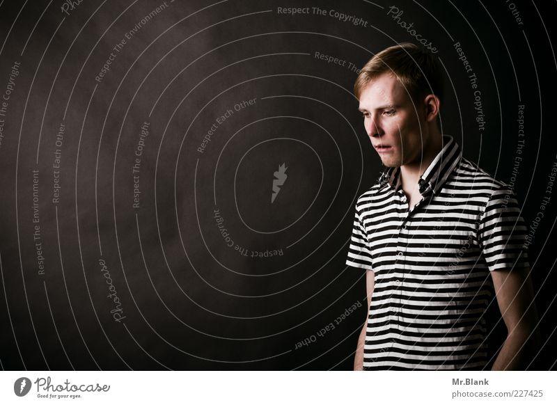 Synapsenstreik und Heiterkeit Student Mensch maskulin Mann Erwachsene 1 18-30 Jahre Jugendliche T-Shirt blond Scheitel Denken Blick dünn klug grau schwarz weiß