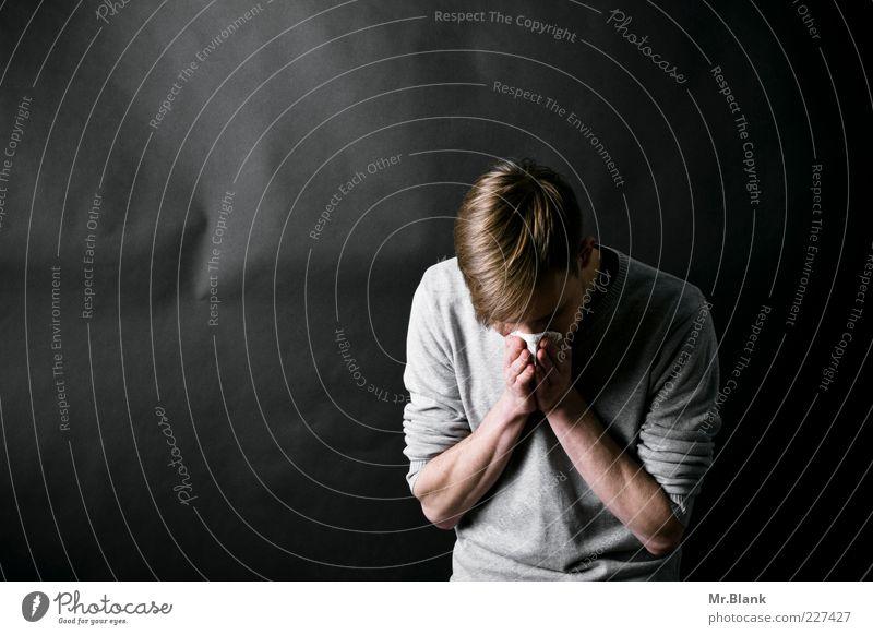 Schaneuz Krankheit Allergie Mensch maskulin Junger Mann Jugendliche 1 18-30 Jahre Erwachsene Pullover blond Scheitel dünn trashig grau schwarz Reinigen Nase