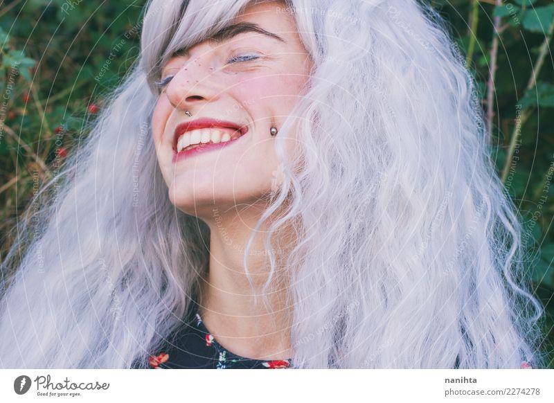 Junge Frau mit dem weißen Haar lächelt Lifestyle Stil Design exotisch schön Haare & Frisuren Haut Gesicht Sommersprossen Wellness Leben Wohlgefühl Mensch
