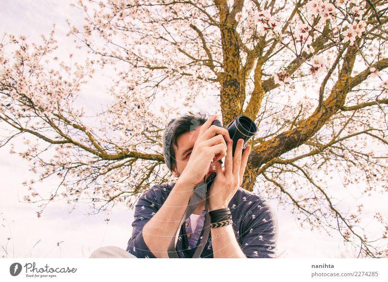 Junger Mann fotografiert in der Natur Lifestyle Stil Freizeit & Hobby Fotografie Alltagsfotografie Mensch maskulin Erwachsene Jugendliche 1 30-45 Jahre Kunst