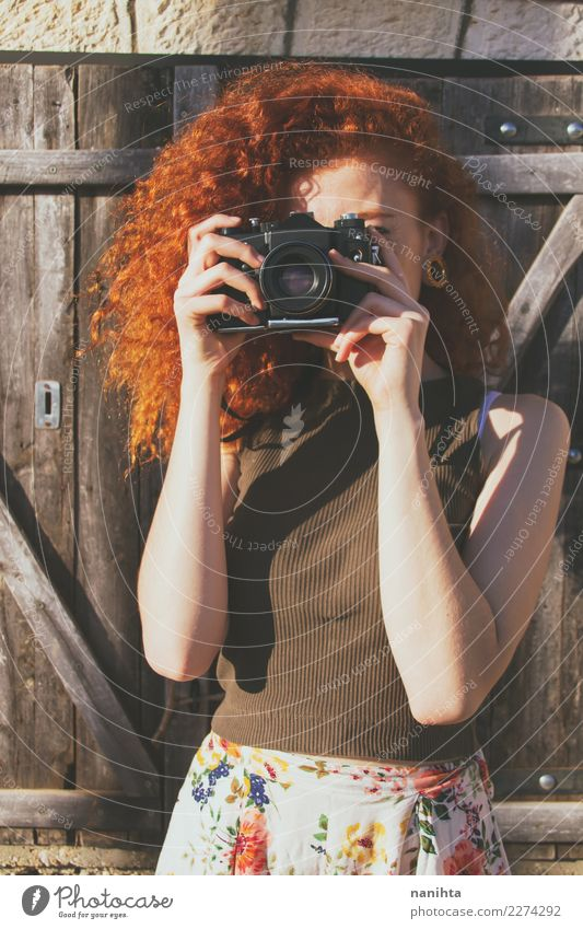 Junge Rothaarigefrau, die Schüsse mit ihrer analogen Kamera macht Lifestyle Stil Freizeit & Hobby Fotografie Fotokamera Ferien & Urlaub & Reisen Tourismus
