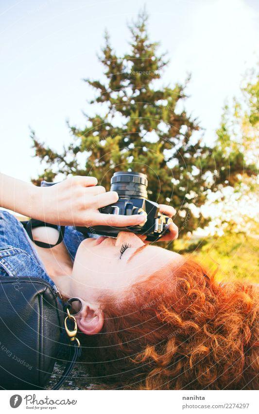 Junge Rothaarigefrau, die Fotos mit ihrer Kamera macht Lifestyle Stil Freizeit & Hobby Fotografie Fotokamera Mensch feminin Junge Frau Jugendliche 1 18-30 Jahre