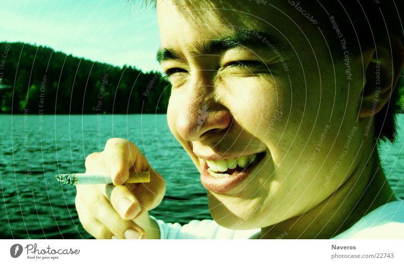 Das Leben genießen Mensch Jugendliche Wasser Sommer Erwachsene Freiheit Kopf lachen See Zufriedenheit Freizeit & Hobby frei Fröhlichkeit 18-30 Jahre Rauchen