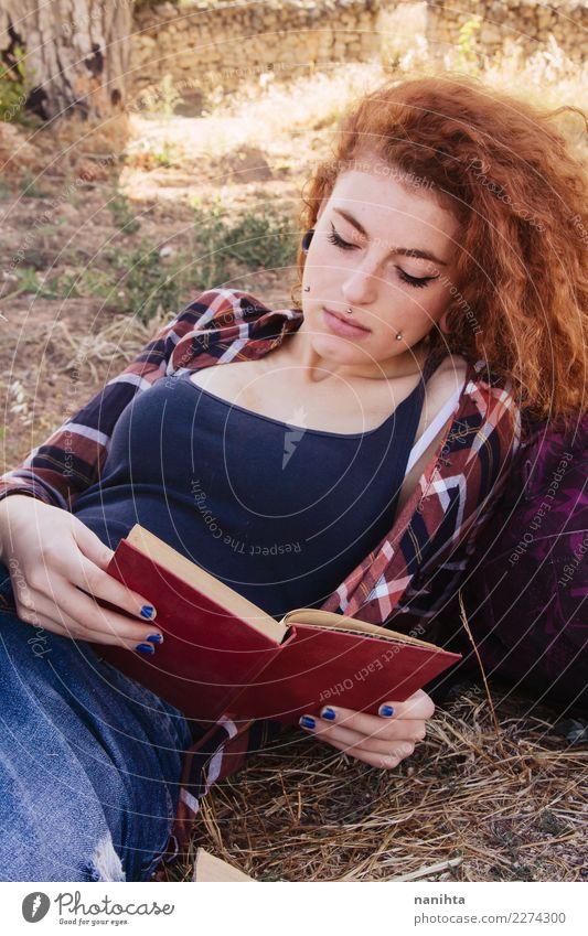 Junge Rothaarigefrau, die ein Buch liest Lifestyle Stil Freizeit & Hobby lesen Bildung lernen Schüler Mensch feminin Junge Frau Jugendliche 1 18-30 Jahre