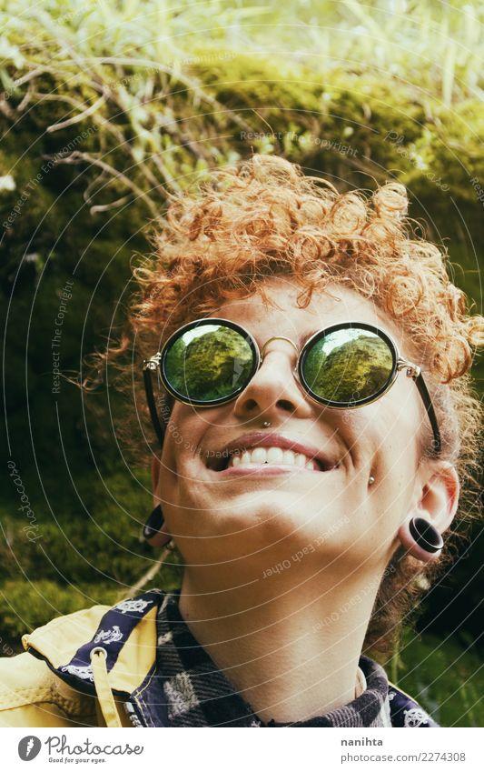 Tragende Sonnenbrille der jungen Frau mit einem Berg reflektierte sich in ihr Lifestyle Stil Design Freude Freizeit & Hobby Ferien & Urlaub & Reisen Tourismus