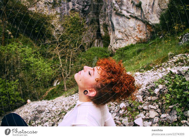 Junge Rothaarigefrau, die reine Luft in der Natur atmet Lifestyle schön Haare & Frisuren Gesundheit Wellness Wohlgefühl Sinnesorgane Erholung Meditation