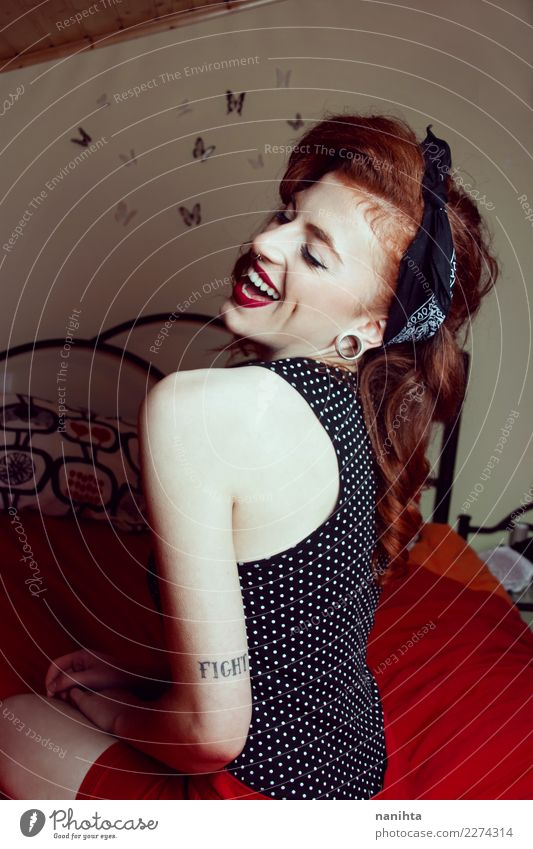 Junge feststeckende Frau, die in ihrem Zimmer lacht. Lifestyle elegant Stil schön Haare & Frisuren Wellness Leben Häusliches Leben Schlafzimmer Mensch feminin