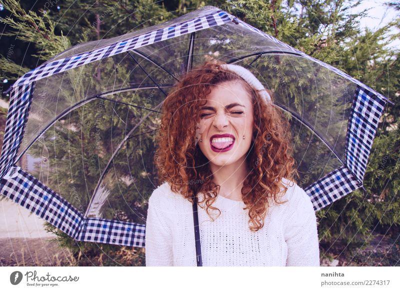 Junge rothaarige Frau, die an einem regnerischen Tag ihre Zunge herausstreckt. Lifestyle Stil Freude schön Haare & Frisuren Wellness Mensch feminin Junge Frau