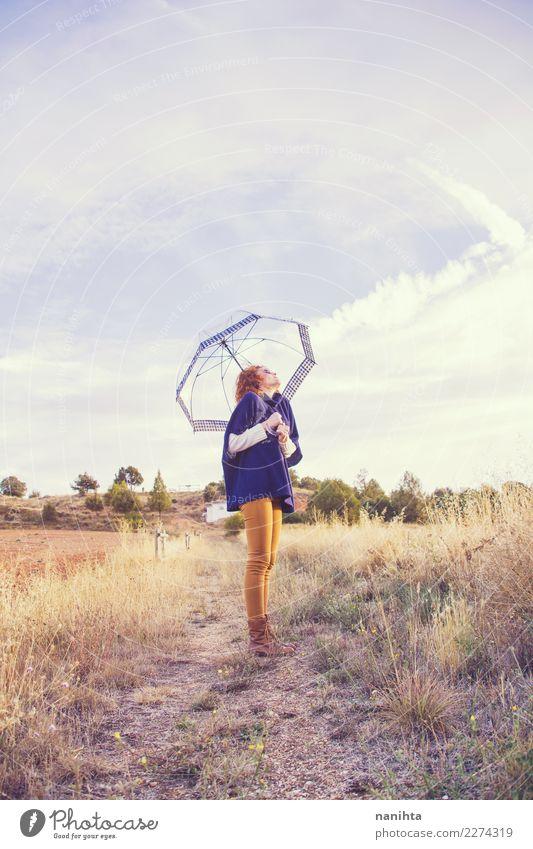 Junge Frau, die einen Herbsttag genießt Mensch Natur Ferien & Urlaub & Reisen Jugendliche schön Einsamkeit Ferne 18-30 Jahre Erwachsene Lifestyle Umwelt
